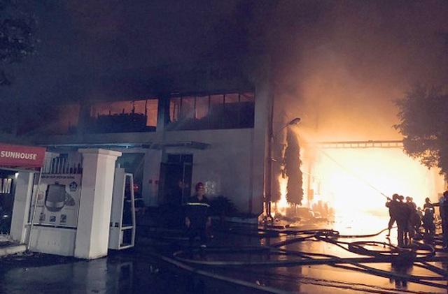 TPHCM: Hàng trăm lính cứu hỏa chữa cháy xuyên đêm tại kho hàng 7.000m2