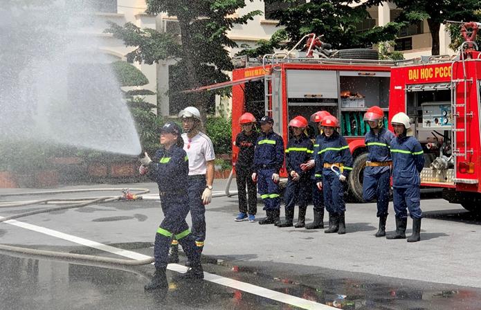 Phối hợp tổ chức tập luyện kỹ thuật chữa cháy cho Đội Chữa cháy và cứu nạn cứu hộ học tập Trường Đại học PCCC