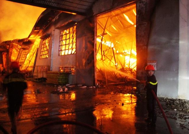 Bình Định: Điều tra, làm rõ vụ nhà xưởng 6.000m2 chứa đồ gỗ xuất khẩu bị cháy rụi