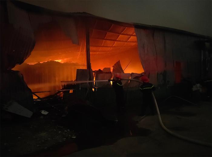 Đội Chữa cháy và cứu nạn cứu hộ học tập Trường Đại học PCCC tham gia chữa cháy khu nhà kho công ty cổ phần xây dựng thiết kế và thương mại Green house ngõ 94 Cầu Bươu, Thanh Trì, Hà Nội