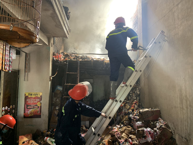Đội CC&CNCH học tập Cơ sở 3  tham gia chữa cháy tại cửa hàng tạp hóa Phi Giao