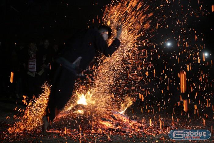 Mùa Xuân theo nhịp chân nhảy lửa