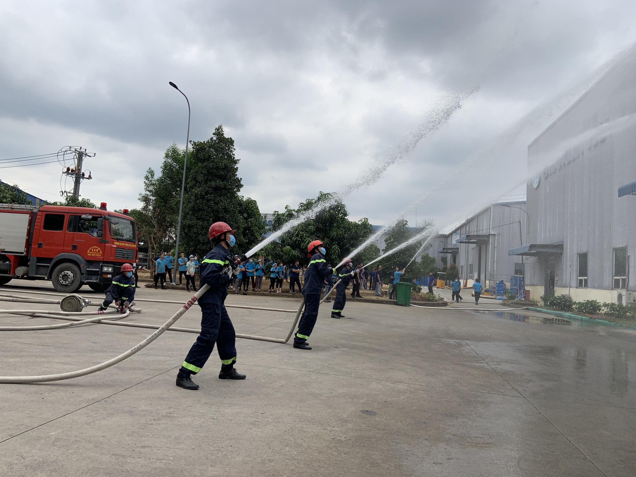 Đội CC&CNCH học tập Cơ sở 3 tham gia thực tập phương án chữa cháy và cứu nạn, cứu hộ tại Công ty TNHH JC VINA