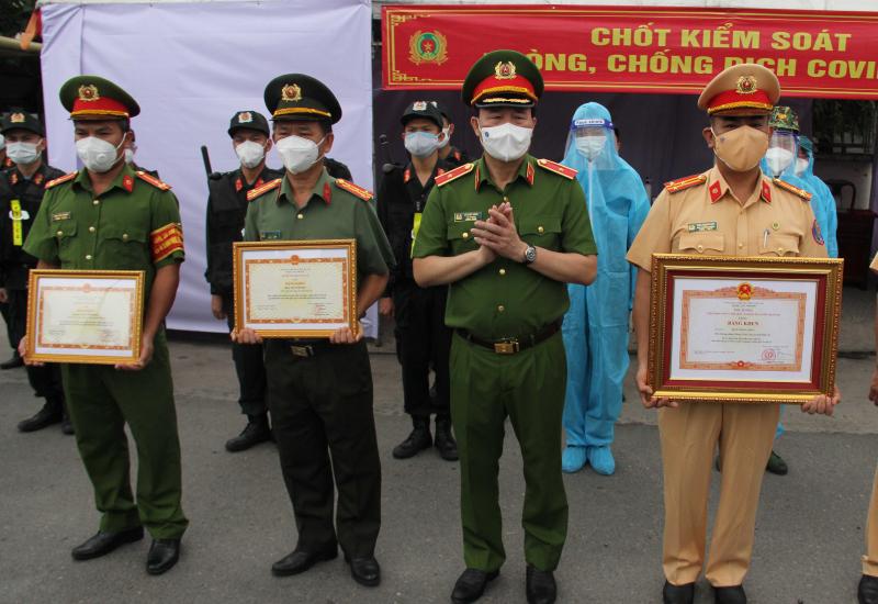 Thứ trưởng Lê Quốc Hùng trao Bằng khen của Thủ tướng Chính phủ và Bộ Công an tặng các cán bộ, chiến sỹ có thành tích xuất sắc trong công tác phòng, chống dịch COVID-19